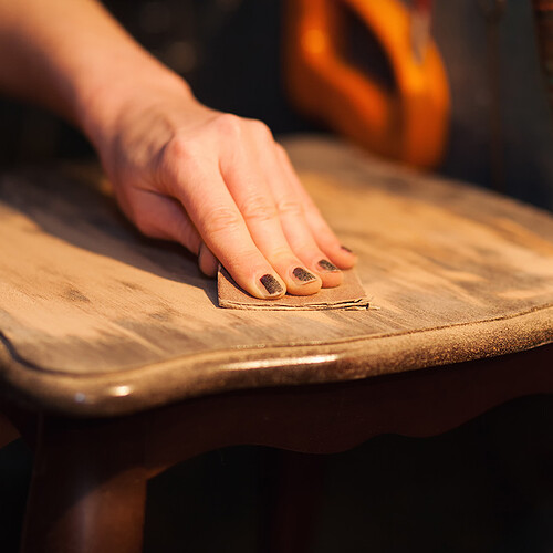 poncage-grain-fin-meuble-main