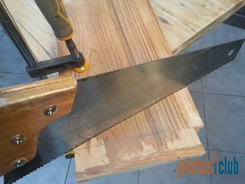 decoupe-planche-fabrication-poussoir-scie-table