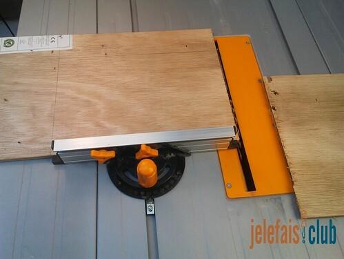 decoupe-contreplaque-scie-sur-table-guide-perpendiculaire-support-bloc-notes