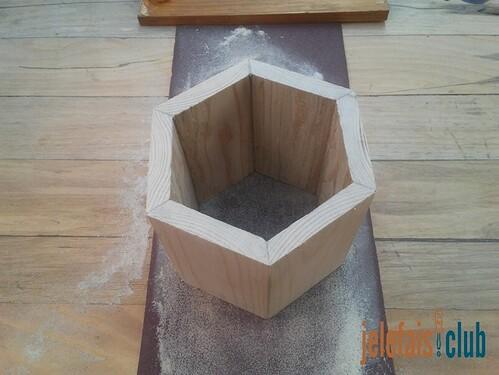 poncage-papier-abrasif-surface-tirelire-desafleur
