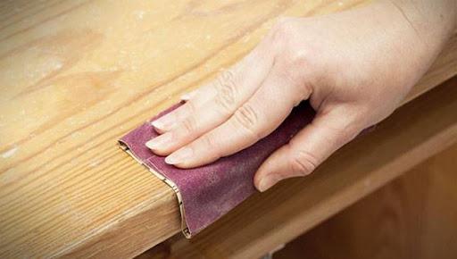 poncage-main-papier-abrasif