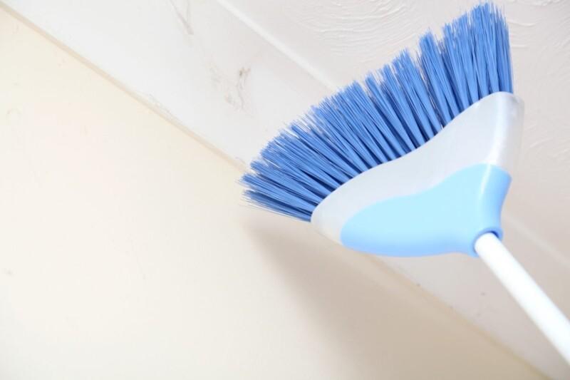 nettoyage-balai-brosse-faux-plafond-tendu